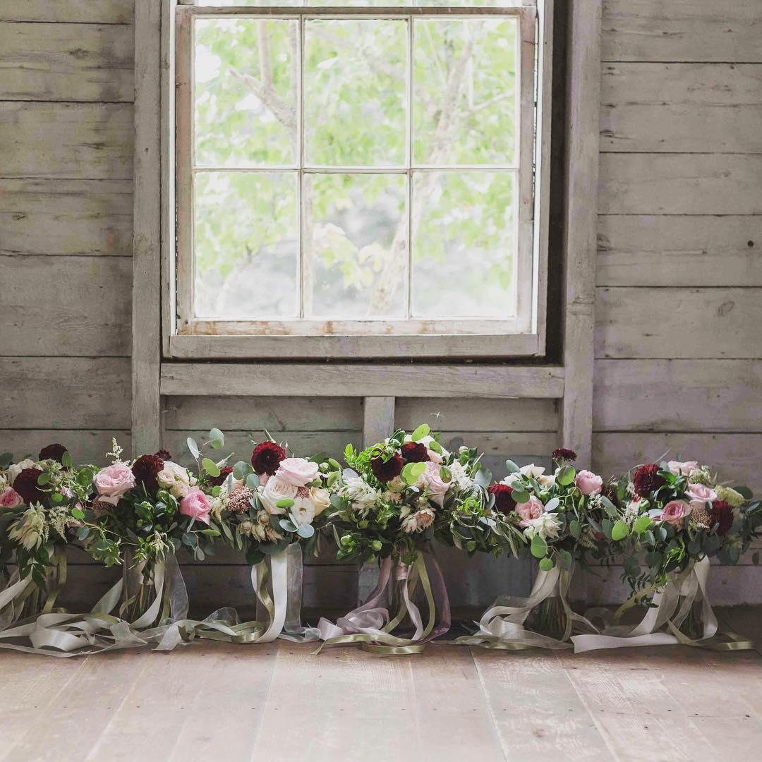 Loving on this pic big time❤️ #lotusfloraldesigns #whitemountains #hardyfarm #nhweddingflowers #millyardstudios #rusticelegance #nhwedding #lotuswedding