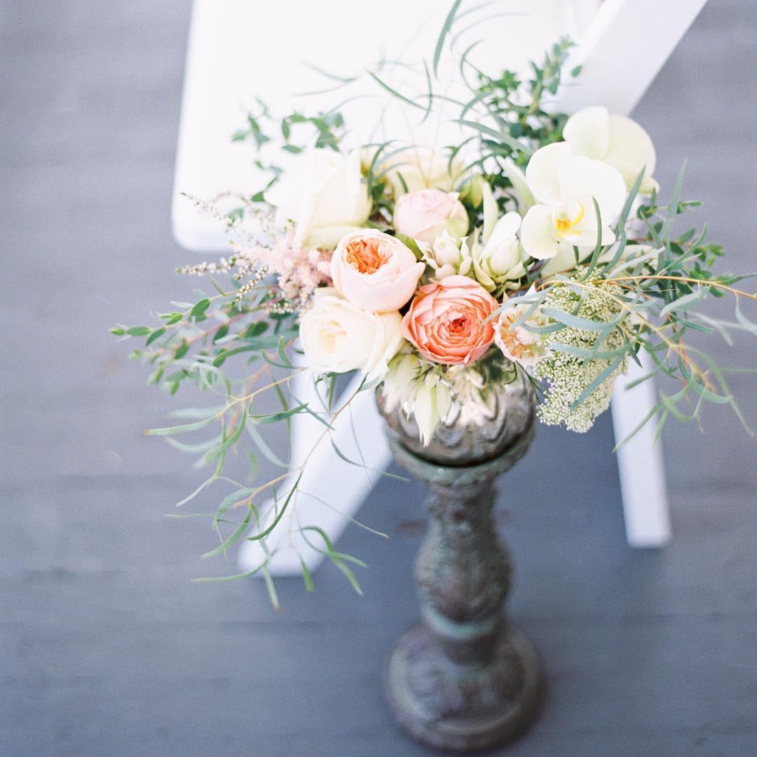 Aisle Bling @jharperphoto  #weddingflowers #aisledecor #stylemepretty #theknot #prettyflowers #gardenroses #eucalyptus #whitemountains