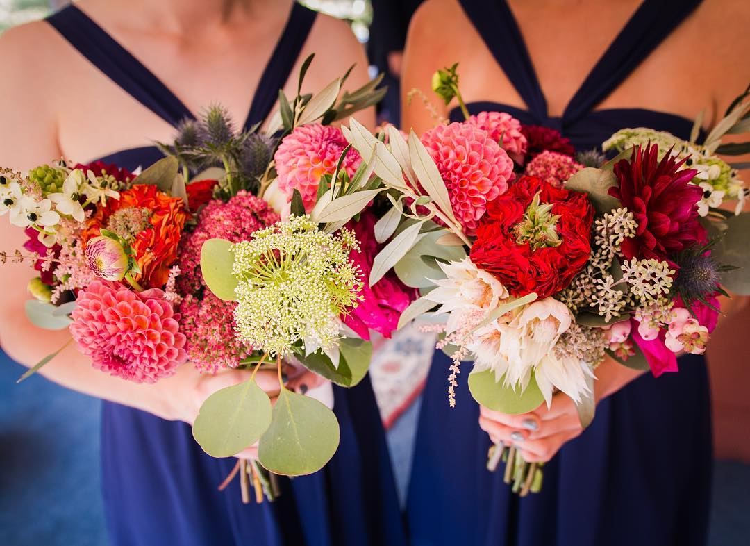 Loving on these bridesmaids that were in my inbox this morning❤️ @borophotography  #weddingflowers #bouquets #fallwedding #whitemountains  #greeneyeroses #dahlias