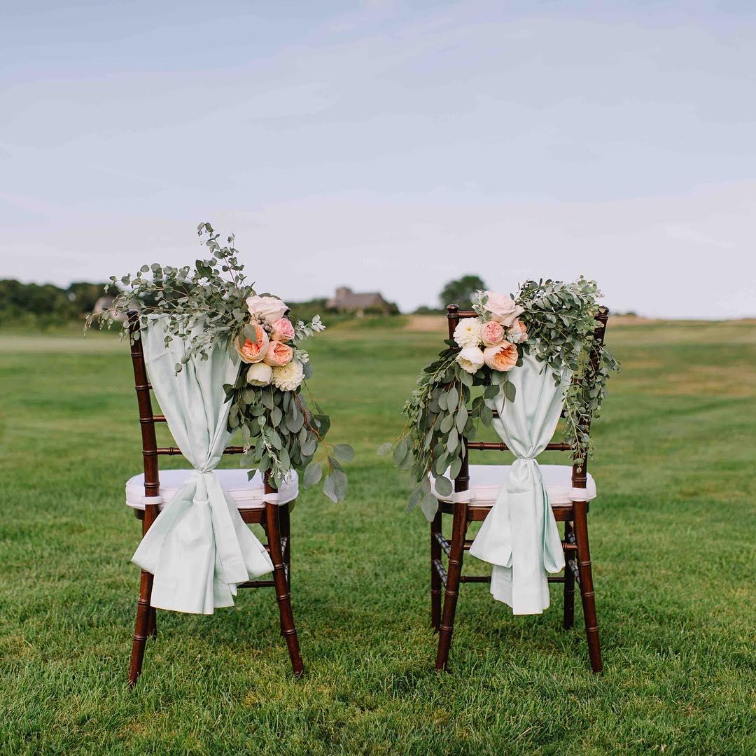 Sweetness❤️ @jennidarling  #mrandmrs #chairdecor #weddingflowers #prettyflowers #mainewedding #seacoast #nofilter #stylemepretty #theknot