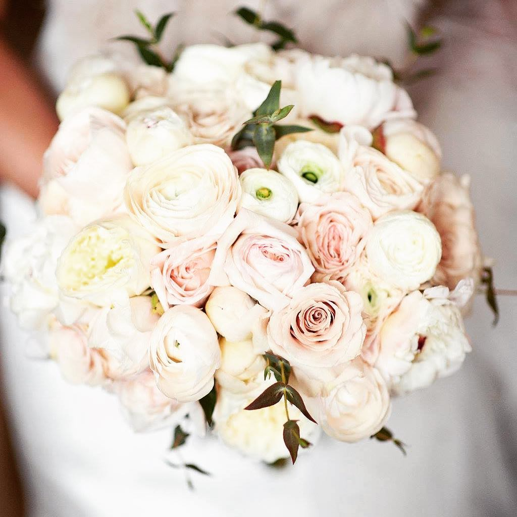 Winter is romantic… @kim_chapman1  #winterwedding #weddingflowers #neutrals #simple #ranunculus #gardenrose #prettyflowers #nhweddingflorist #flowerartist