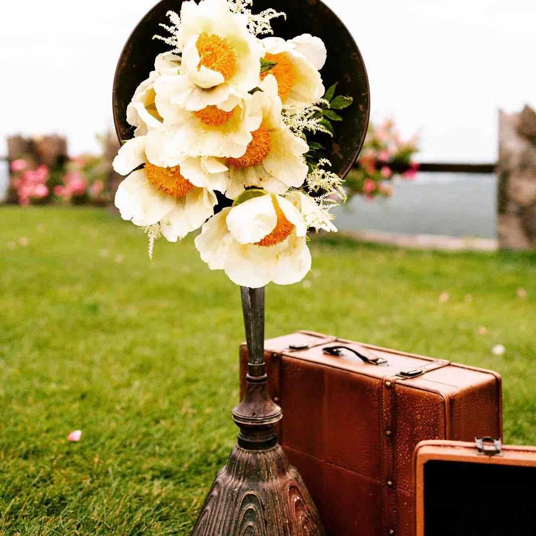 Throwback Lotus  @rodeoandcophoto  #vintagespeaker #peonies #oldschool #flowerartist #photoshoot #nhweddingflorist #beoriginal #lotusstyle #awesomeness #getcreative