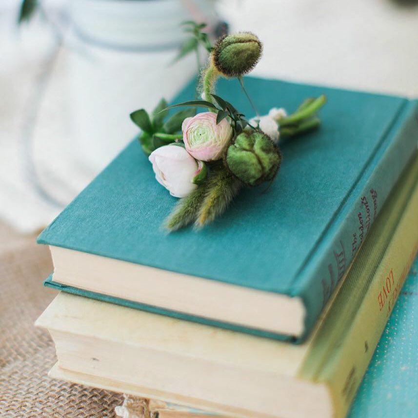 {man decor} @jharperphoto  #boutonnière #ranunculus #wearables #manflower #rusticwedding #nhweddingflorist #stylemepretty #theknot #timberhillfarm #flowerartist