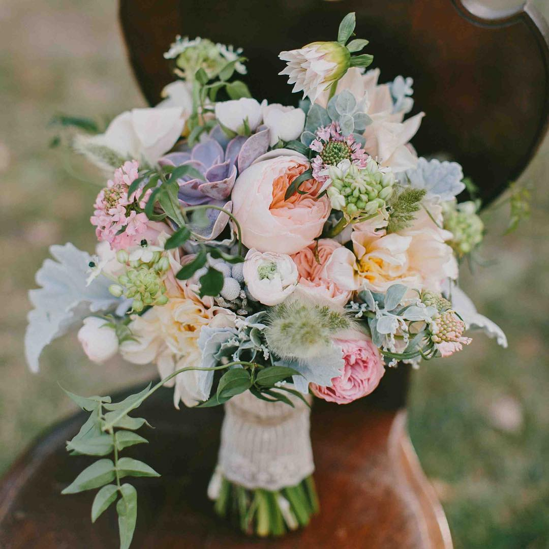 {lovely} @emilydelamater  #flowerartist #bouquet #blush #peach #romantic #theknot #lotusfloraldesigns #texture #gardenroses #cafeaulait #bridebook #bridebookflowers