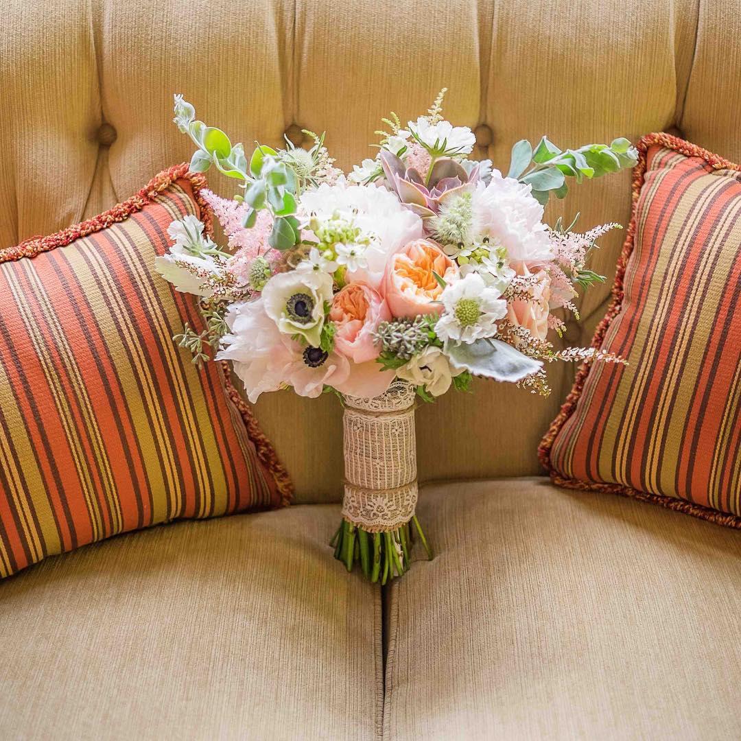{love the pillows} @robcam59  #bouquet #gardenroses #anemones #peonies #nofilter #prettyflowers #lace #lotuswedding #nhweddingflorist