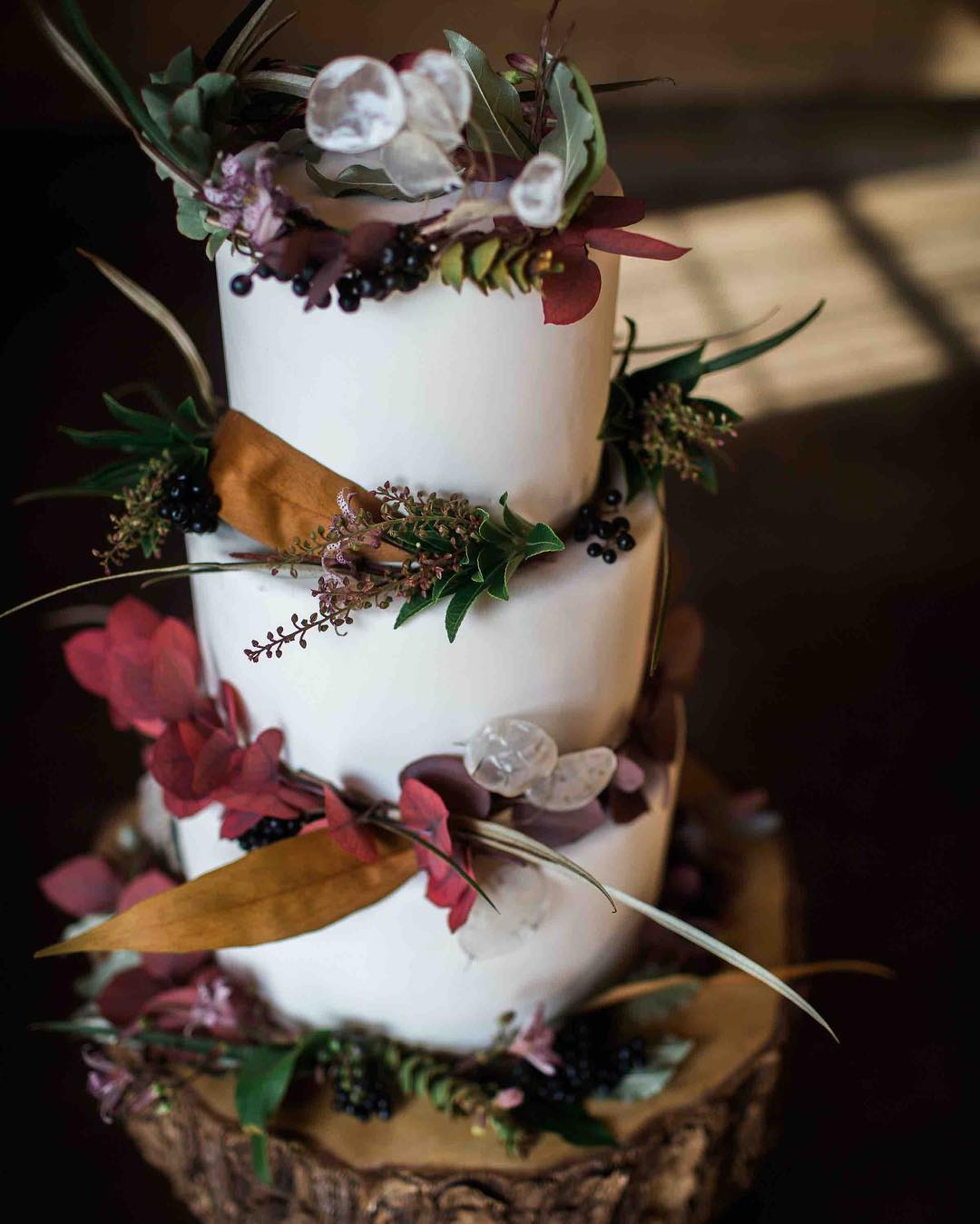 {cake} photo | @abphotonh  #forgoodnesscakes #lockefallsfarm #rustic #weddingcake #cakeflowers #weddingflorist #lotusfloraldesigns
