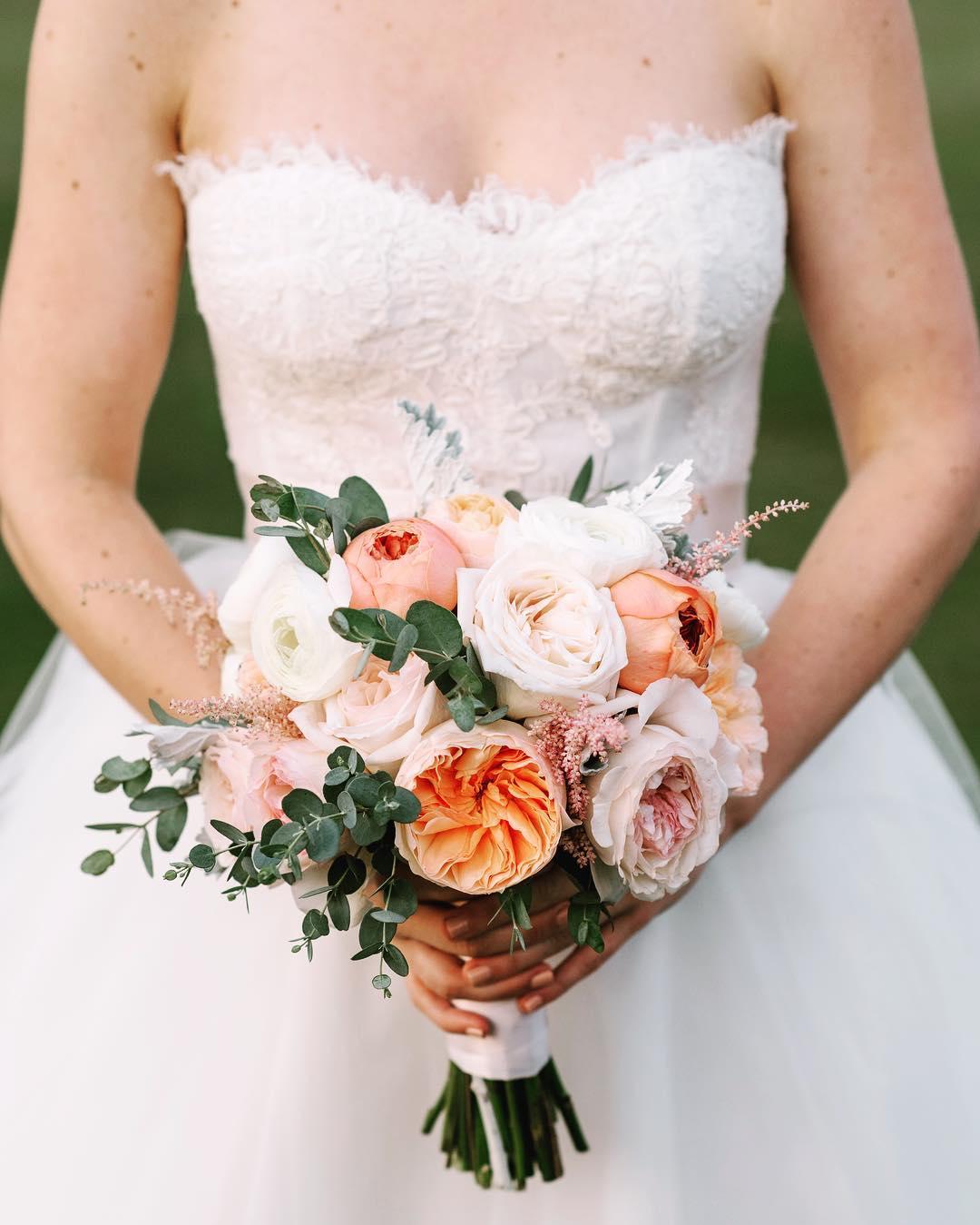 {love} photo | @jennidarling  #thebride #bouquet #prettyflowers #simple #romantic #weddingflowers  #gardenroses #eucalyptus #weddingflorist #lotusfloraldesigns