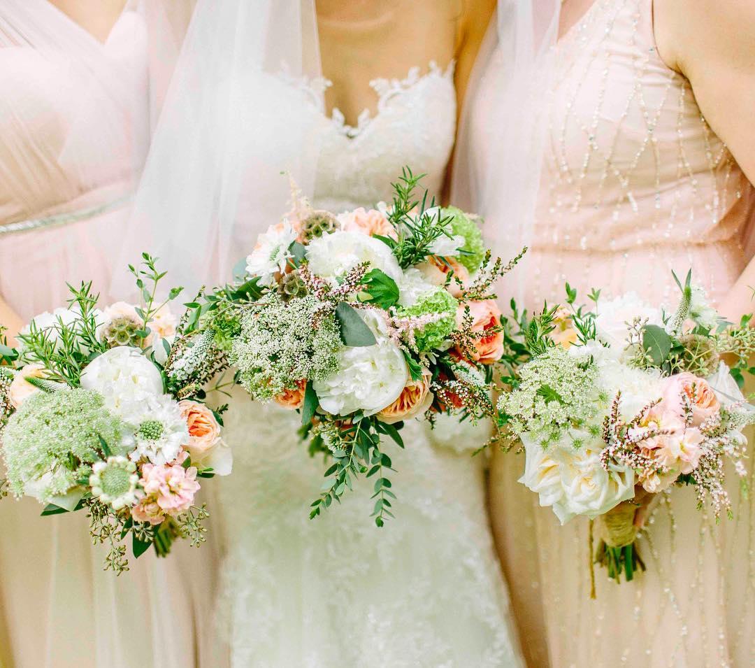{these bouquets tho…} photo | @kellydillonphotography  #blush #bouquet #rustic #rusticelegance #woodland #barnwedding #bridesmaids #texture #weddingflorist #lotusfloraldesigns