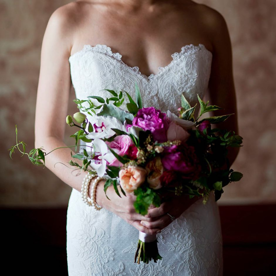 {beautiful} photo | @yoonsbyun  #lighting #bouquet #dramatic #elegant #gardenroses #orchids #gardenbouquet #weddingflorist #lotusfloraldesigns #bridebook #bridebookflowers