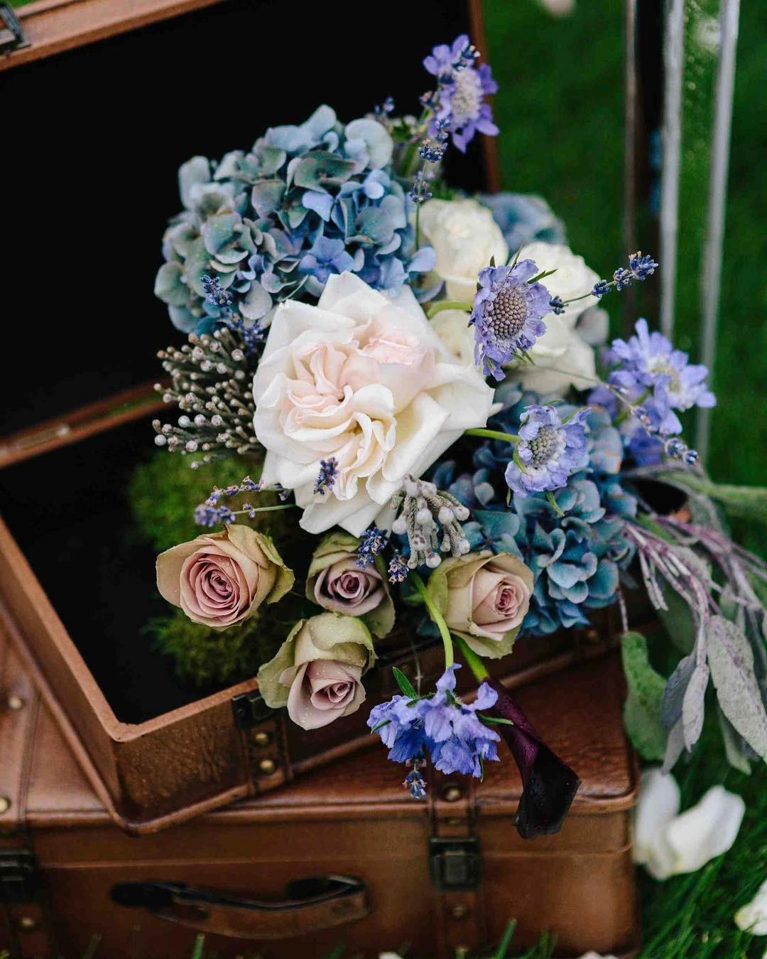 {vintage} photo | @rodeoandcophoto  #vintageluggage #vintageflowers #vintagestyle #whiteohara #amnesiarose #antiquehydrangea #scabiosa #lavender #sage #purpleflowers #blushpink #blueflowers #lotusfloraldesigns #weddingflorist #getcreative #flowerart