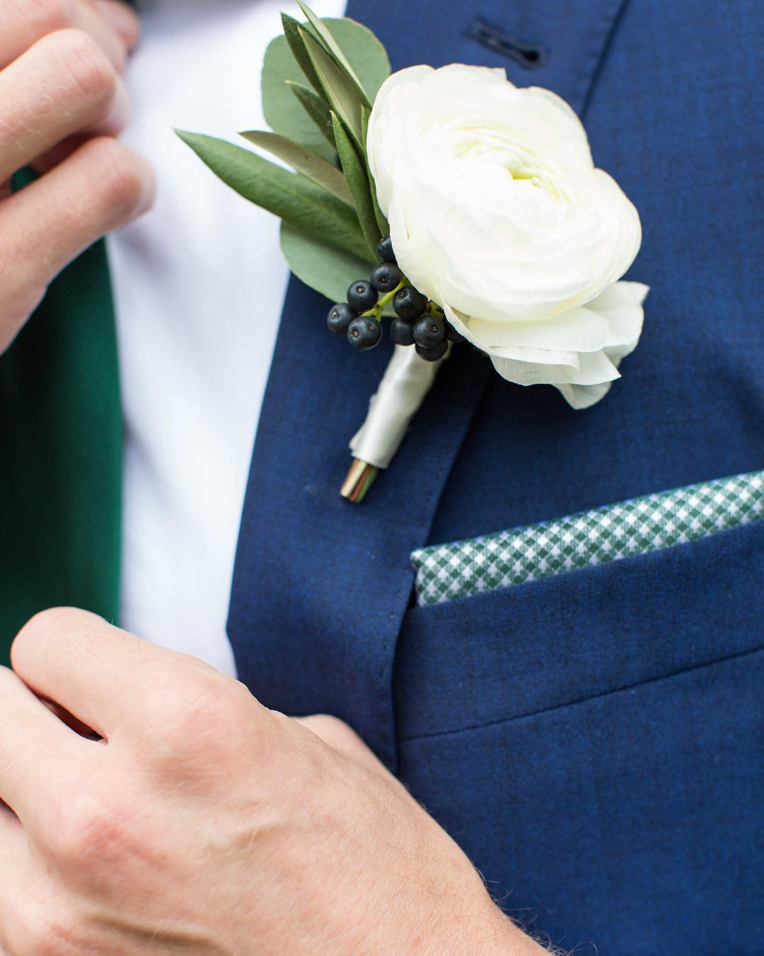 {man decor} photo | @erikafollansbee  #manflower #boutonniere #manbling #accessory #lookingsharp #gettingready #ranunculus #simple #lotusfloraldesigns #weddingflorist #nhwedding