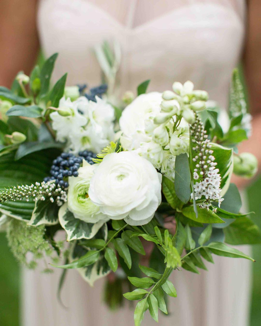 {loveliness} photo | @erikafollansbee  coordination | @nhwedplanner . . #hergirl #bridesmaids #bouquet #lovely #neutrals #greenery #rustic #woodland #romantic #nhwedding #lakeside #lakesregion #prettyflowers  #lotusfloraldesigns #weddingflowers #natural