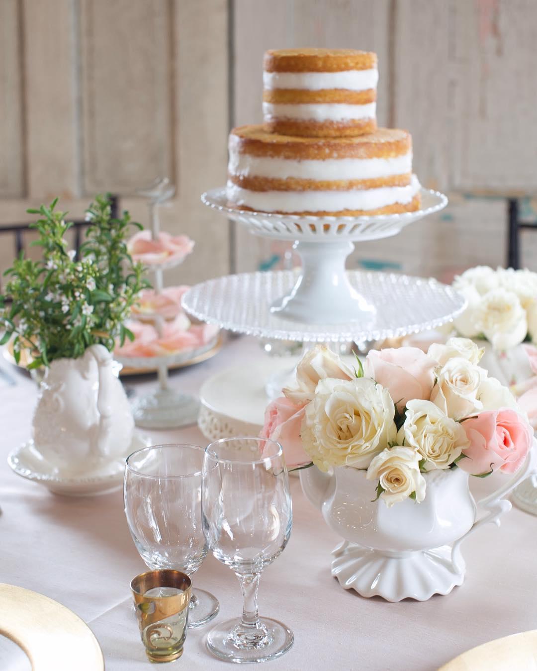 {flowers + cake centerpiece= yes} photo| @simpell_photo_ . . . #centerpiece #cakeandflowers #delicious #pretty #romantic #elegant #classy #roses #photoshoot #getcreative #weddinginspo #lotusfloraldesigns #weddingflorist #weddingflowers #loveflowers