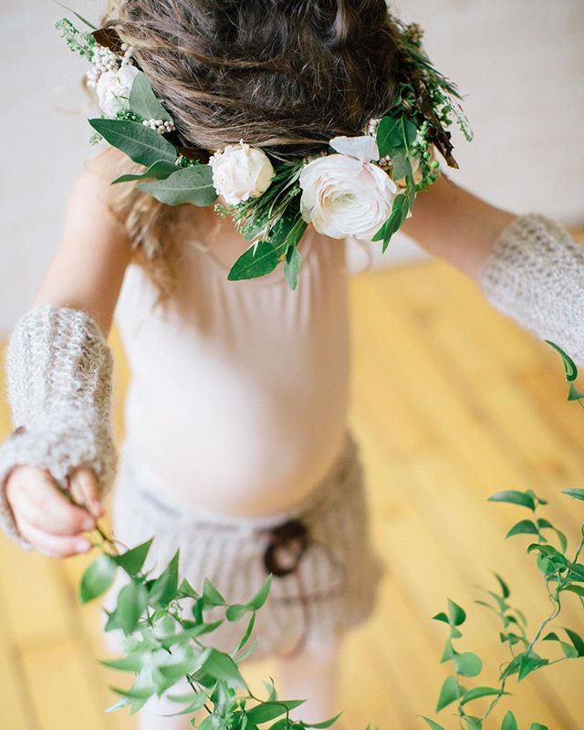 {adorbs} •photo | @kate_preftakes • • #flowergirl #thatsdarling #flowercrown #flowerbaby #whimsical #greenery #blush #simple #precious #crochet #dreadlocks #nhmagazinebride #photoshoot #ecochic #lotusfloraldesigns #eventsbysorrell #love