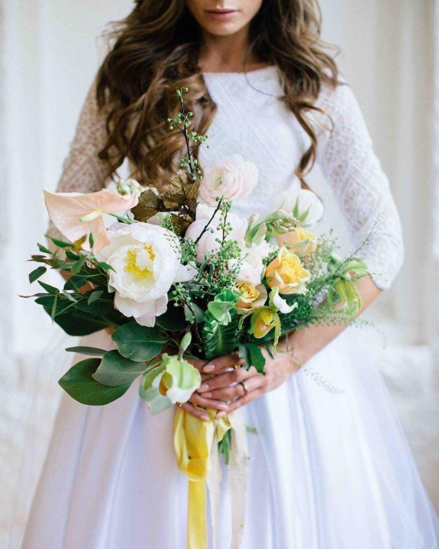 {barely blush} • •photo | @kate_preftakes •coordination | @eventsbysorrell . . #nhmagazinebride #ecochic #styledshoot #bouquet #bridebling #blush #gold #peony #anthurium #ranunculus #weddingflowers #lotusfloraldesigns #lovely #prettyflowers