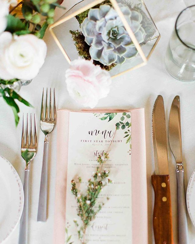 {place setting prettiness} photo | @jharperphoto . . #placesetting #tabledecor #accentflowers #succulents #blush #ranunculus #lovely #nhwedding #lotusfloraldesigns #designer #barnonthepemi #nhweddingvenue #love