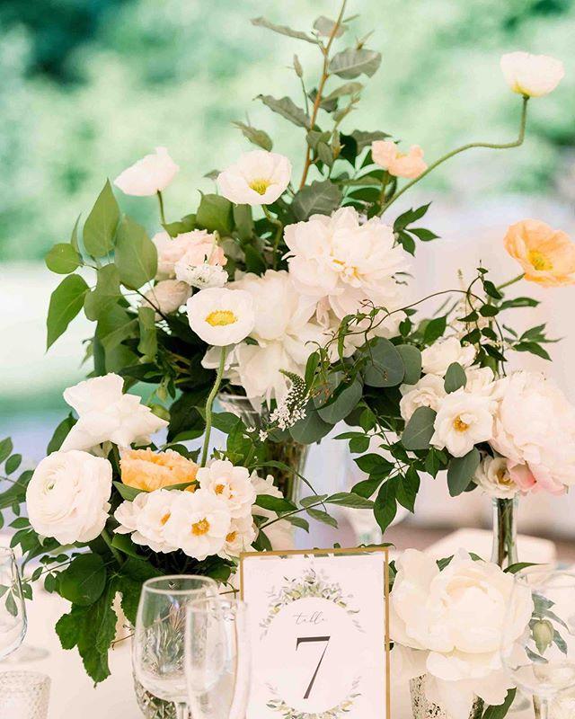{some serious pretty} photo | @mollyannesphotos . . #centerpiece #gardenparty #poppies #foliage #prettyflowers #lovely #lush #lotusfloraldesigns #weddingflowers #weddingflorist #flowerlove