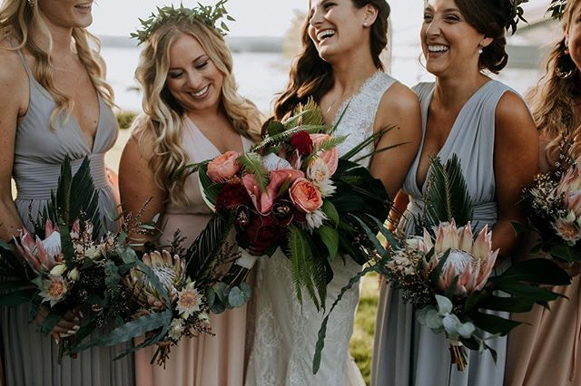 I can't even with these girls from last weekend…LOVE💫 photo | @ramblefreehannah  coordination | @eventsbysorrell . . #bride #bridebabes #bridemaids #bouquets #flowers #tropicals #boho #laughter #smiles #happiness #love #lotusfloraldesigns #weddingflorist #nhwedding