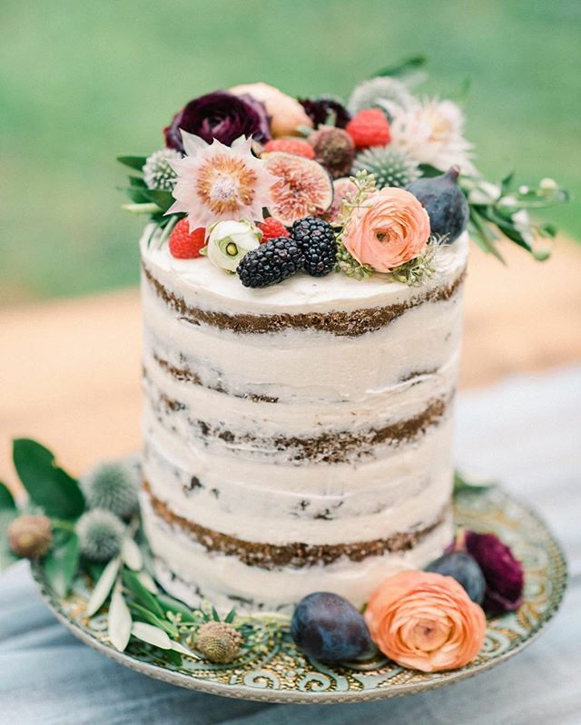 Loved decorating this cake created by the bride herself- mad props!!👏 . Photo | @jennidarling . . #yum #cake #weddingcake #dessert #homemade #cakeflorals #cakedecorating #lotusfloraldesigns #weddingflowers #love