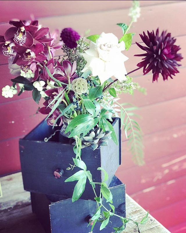 {decor} . . #placecardtable #decoration #simple #weddingdecor #weddingflowers #barnwedding #barnatgibbethill #rustic #fallwedding #dahlias #orchids #roses #lotusfloraldesigns #weddingflorist #love