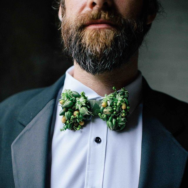@francoiseweeks inspired botanical bow tie🌱🌿🍃 . photo | @kate_preftakes . . #groom #groomflowers #manbling #mandecor #handsome #botanicalart #ecochic  #natural #plantbased #bowtie #weddingflowers #interesting #lotusfloraldesigns #nhmagazinebride #styledshoot #collaboration #love