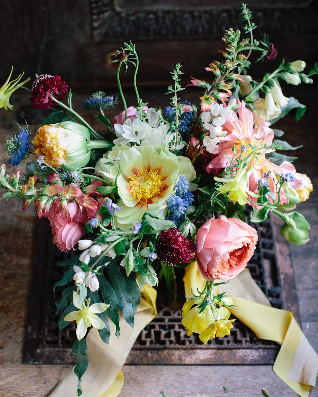 {still•life} photo | @kate_preftakes  styling/coordination | @eventsbysorrell . . #flowerart #gardenbouquet #englishgarden #prettyflowers #lush #pastels #stilllife #weddingdesign #lotusfloraldesigns #love