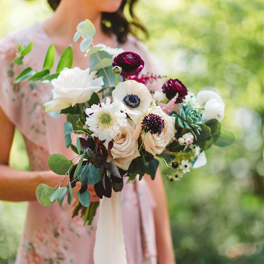 {crushing on this floral print 🌸} photo | @callanphoto  planning/coordination | @nhwedplanner . . #hergirl #bridesmaid #bouquet #blush #floraldress #weddingstyle #lakesidelove #weddingflorals #closeup #gardenstyle #lotusfloraldesigns #weddingdesign #love