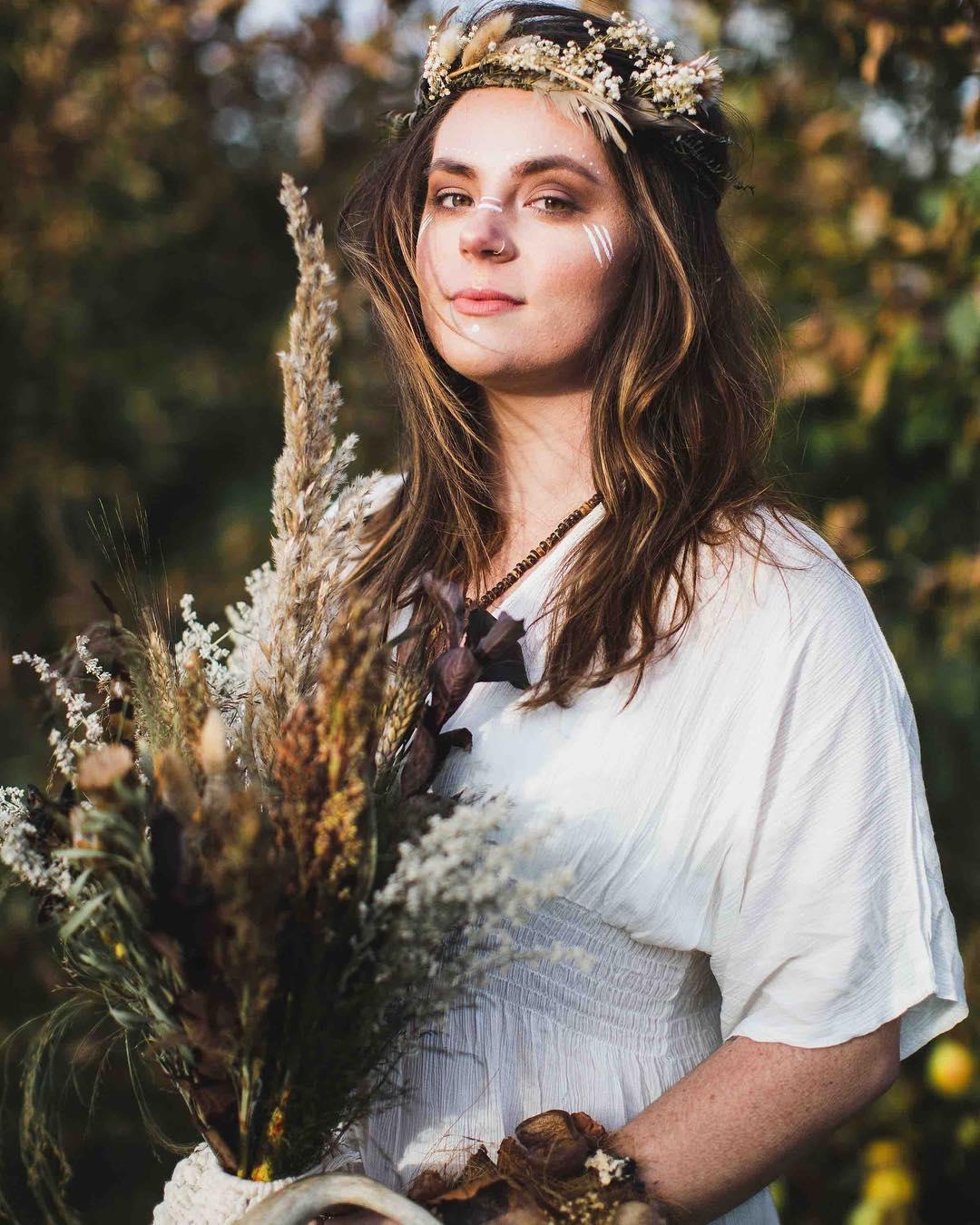 {maggs🍁🌿🍂} photo | @erikafollansbee . . #boho #bohostyle #goddess #heritage #gorgeous #interesting #bouquet #antler #driedflowers #beyourself #styledshoot #collaborate #weddingdesign #love