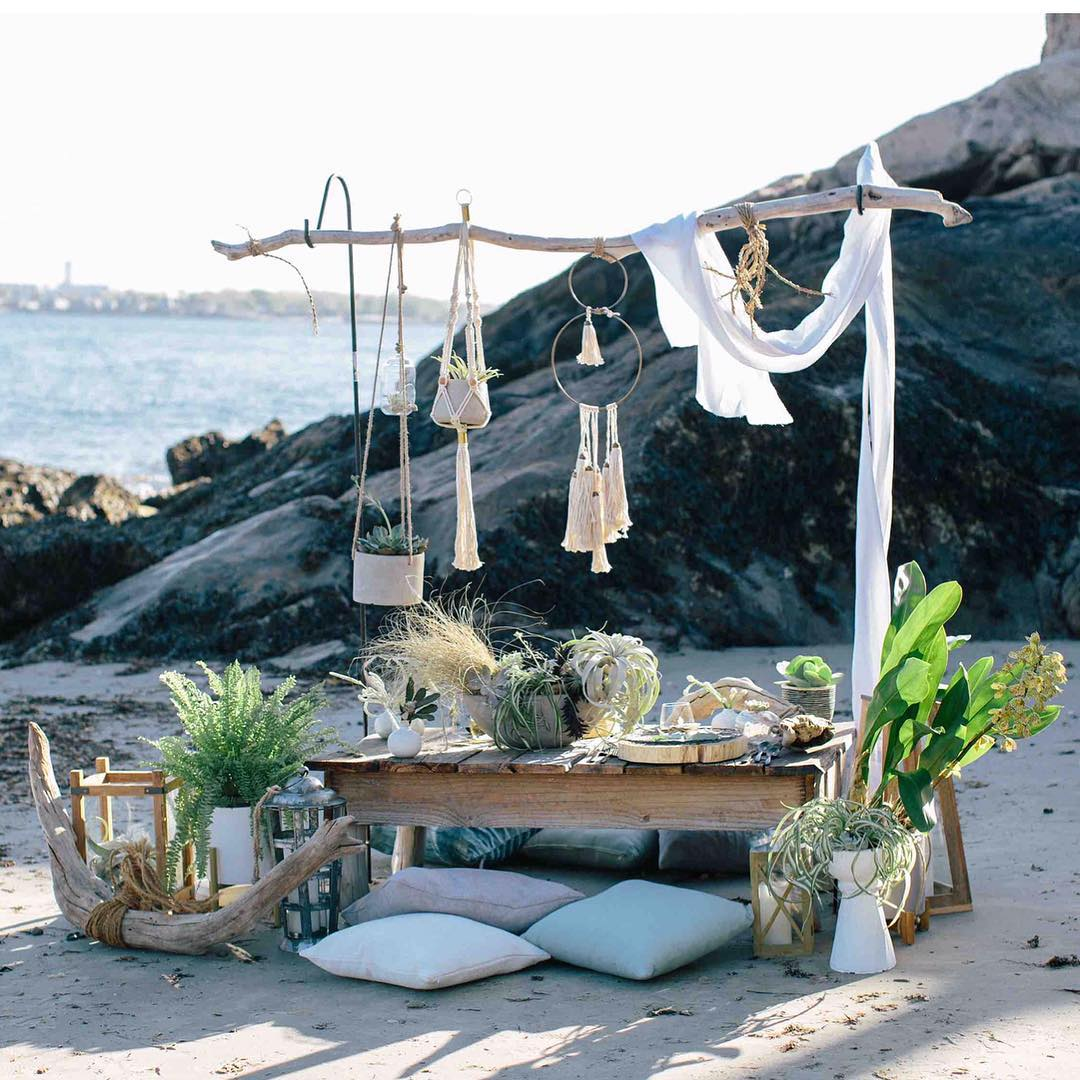 {cozy oceanside sweetheart table for✌?} . photo | @kate_preftakes . . #romantic #sweetheart #styledshoot #oceanside #beach #beachwedding #coastaldecor #seaside #collaborate #lotusfloraldesigns #northshore #love