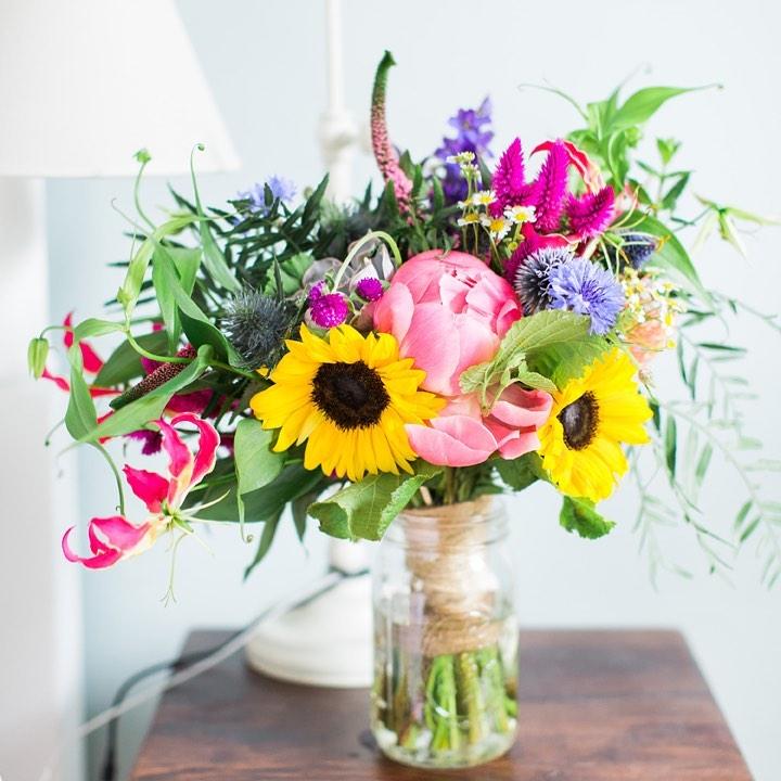 {ready for her close-up} photo   @monpetitstudio  planner   @nhwedplanner . . #bouquet #bride #flowers #accessory #weddingflowers #colorful #prettyflowers #gardenstyle #wildflowers #love #ido #weddingdesign #lotusfloraldesigns