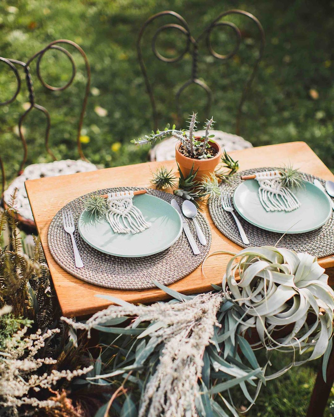 {table for ✌?} . . photo | @erikafollansbee  design/florals| @lotusfloraldesigns  macrame| @rissa.bee . . #sweethearttable #hisandhers #tablefortwo #boho #bohostyle #macrame #succulents #cacti #lotusfloraldesigns #wedding #weddinginspo #styledshoot