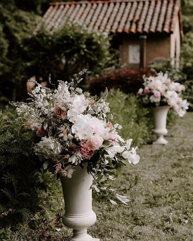 {forever starts here} photo | @lindsay_hackney  planning/coordination | @nhwedplanner . . #ceremony #ido #husbandandwife #forever #decor #weddingflowers #prettyflowers #lush #englishgarden #gardenstyle #peonies #roses #orchids #nhwedding #lotusfloraldesigns #weddingflorist #love