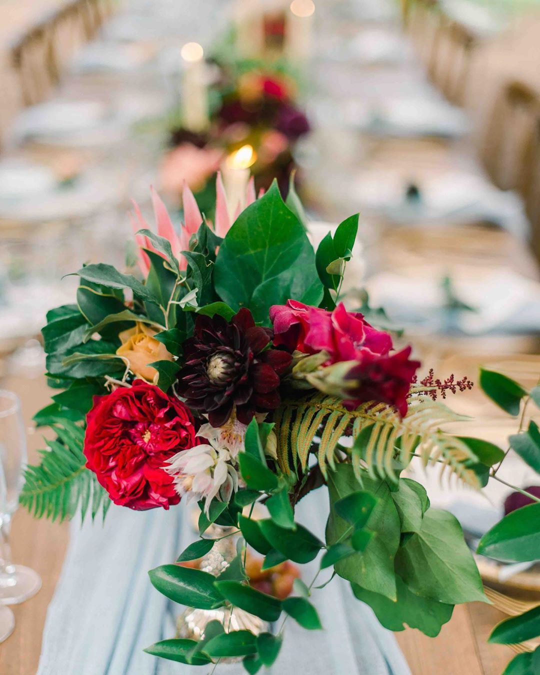 {table•pretty} photo | @jennidarling  planning | @nhwedplanner . . #tabledecor #centerpiece #flowers #prettyflowers #wedding #weddingday #breakingbread #family #friends #ido #nhwedding #lotusfloraldesigns #love